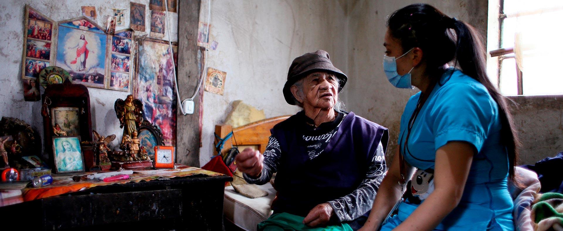Mujer campesina es atendida en su casa por una médica.