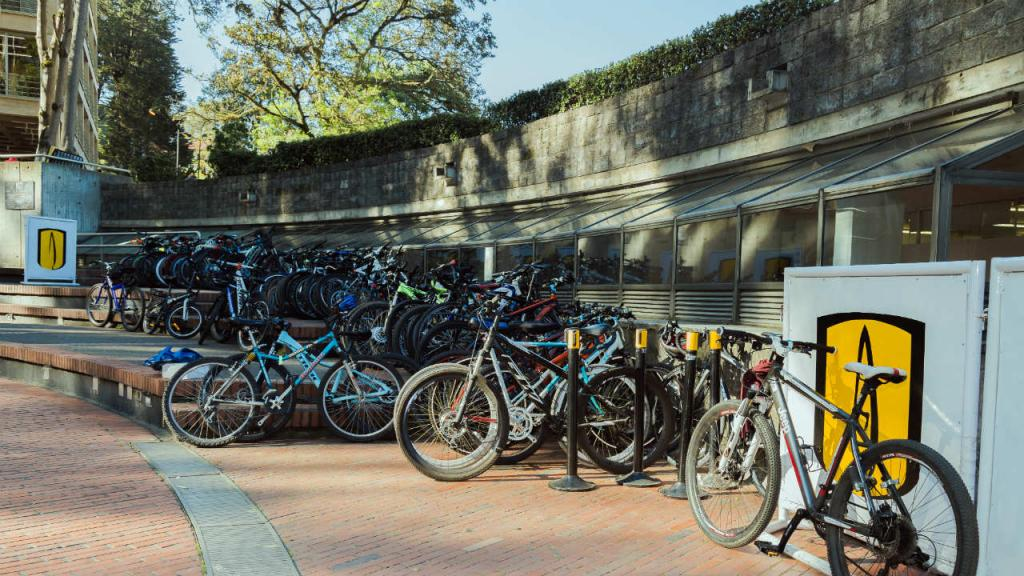 Bicicletas parqueadas en la Plazoleta Lleras de la Universidad de los Andes