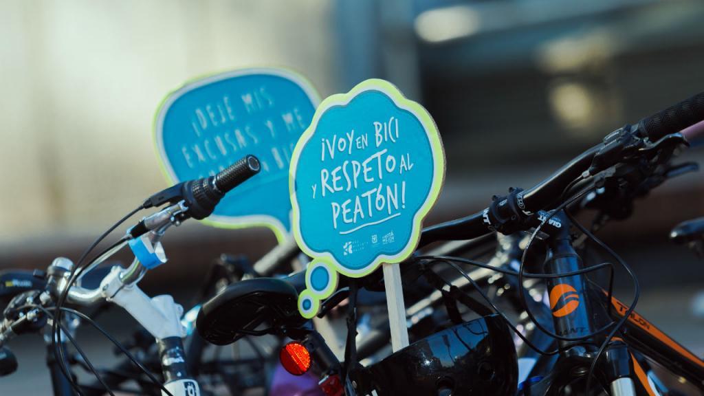 Aviso sobre una bicicleta que dice: voy en bici y respeto al peatón.
