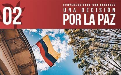 Foto de una bandera de Colombia en un edificio.