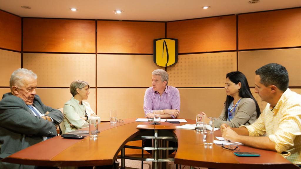 Cinco personas debaten en una mesa redonda