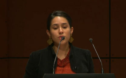 Mujer hablando frente a un micrófono