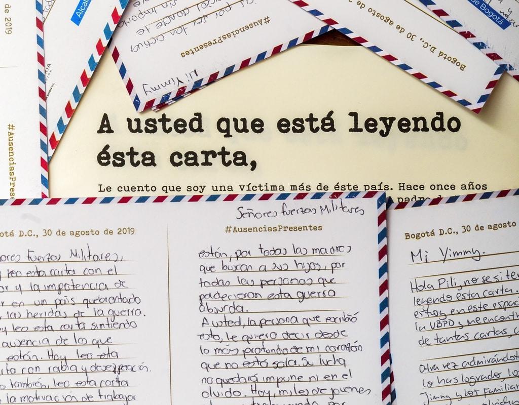Foto de una carta rodeada de postales para los familiares de los desaparecidos