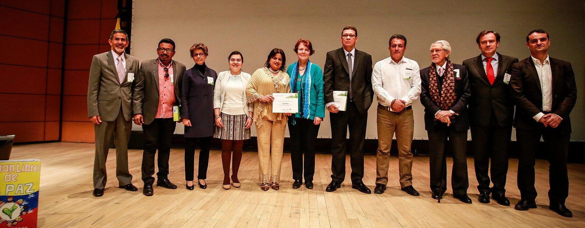 Grupo de maestros que recibieron reconocimiento por sus experiencias de construcción de paz, valores y convivencia en la escuela.