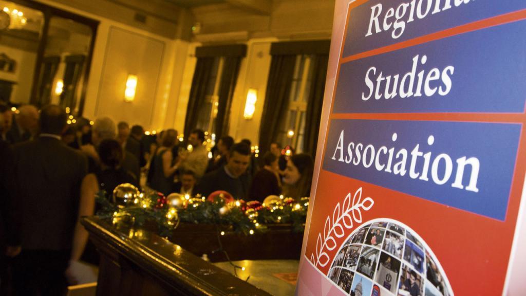 Aviso en la entrada de un comerdor que dice: Regional Studies Association