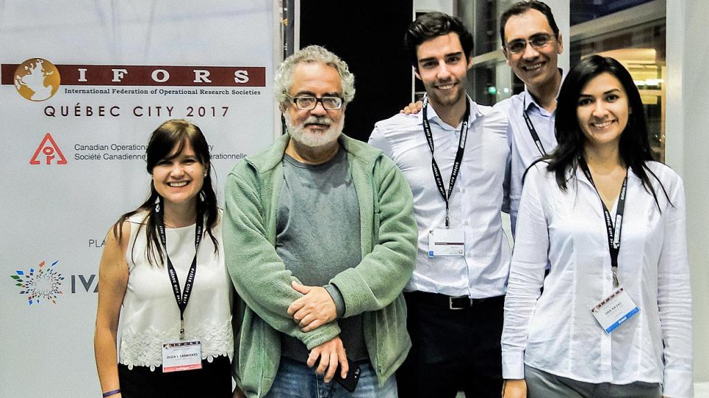 Retrato de cuatro investigadores colombianos y un profesor.
