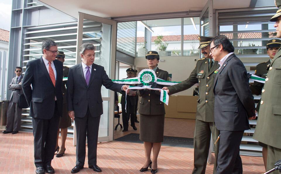 imagen donde el presidente de Colombia hace entrega de una estación de policia