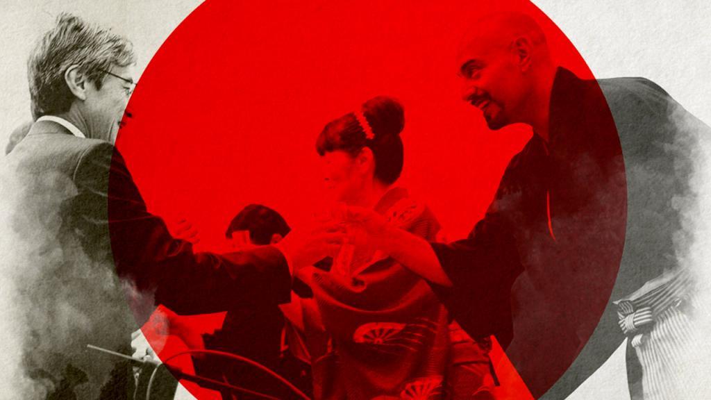 Dos hombres estrechando las manos. De fondo la bandera del Japón.