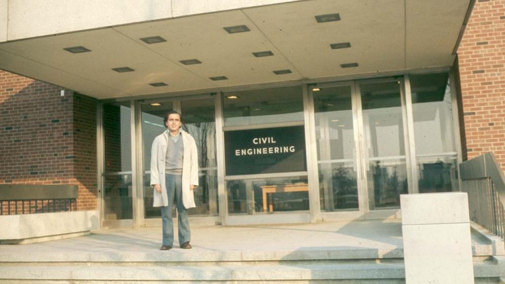Foto de Luis Enrique García frente al Edificio de Ingeniera Civil en la Universidad de Illinois 1973