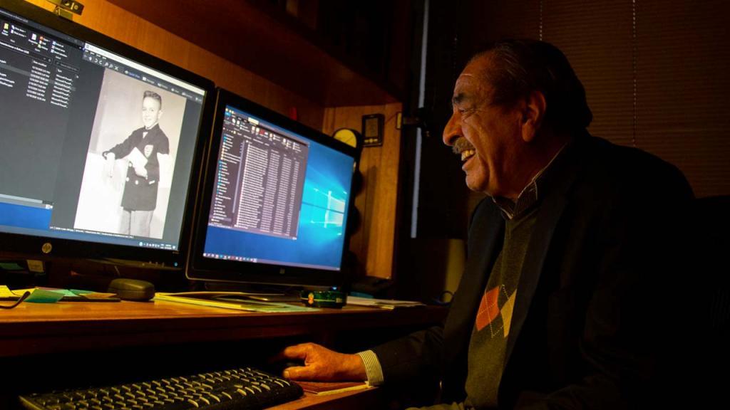 Foto de Luis Enrique García revisando su archivo fotográfico