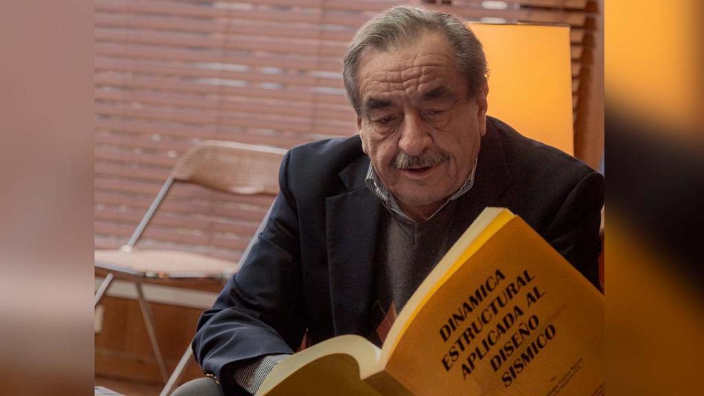 Foto de Luis Enrique García con su libro 'Dinámica estructural aplicada al diseño sísmico'