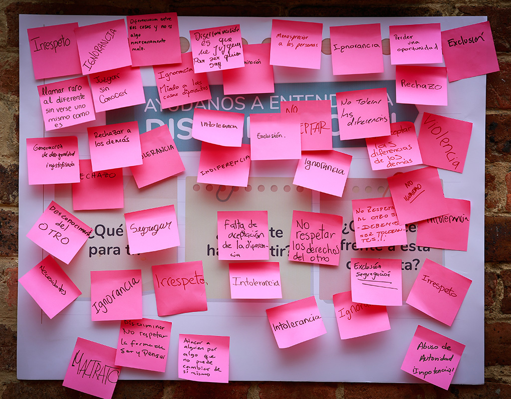 Notas adhesivas sobre discriminación de la jornada 'Ayúdanos a entender'