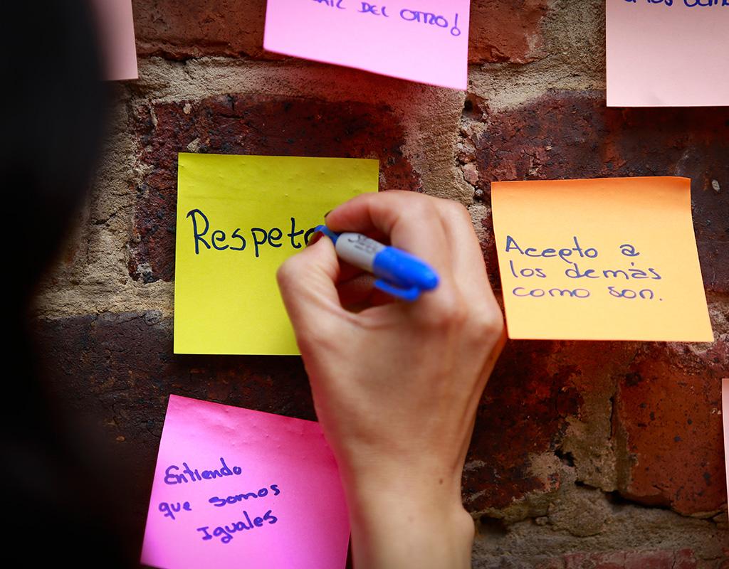 'Respeto': escrita en notas adhesivas en la jornada 'Ayúdanos a entender'