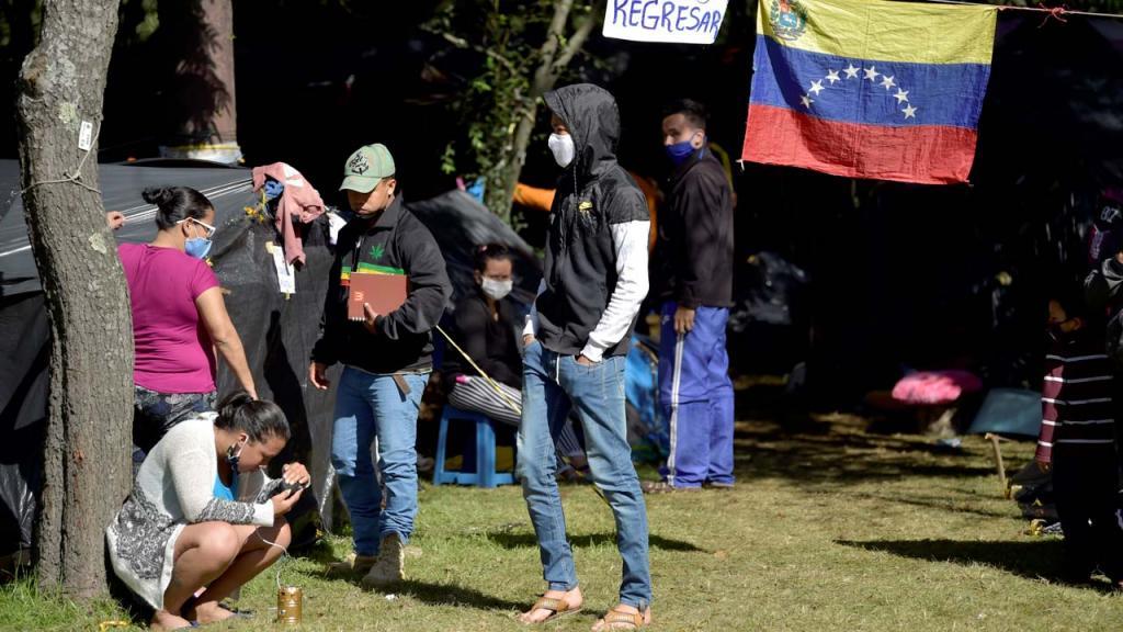 Foto de migrantes venezolanos en un parque en Bogotá.