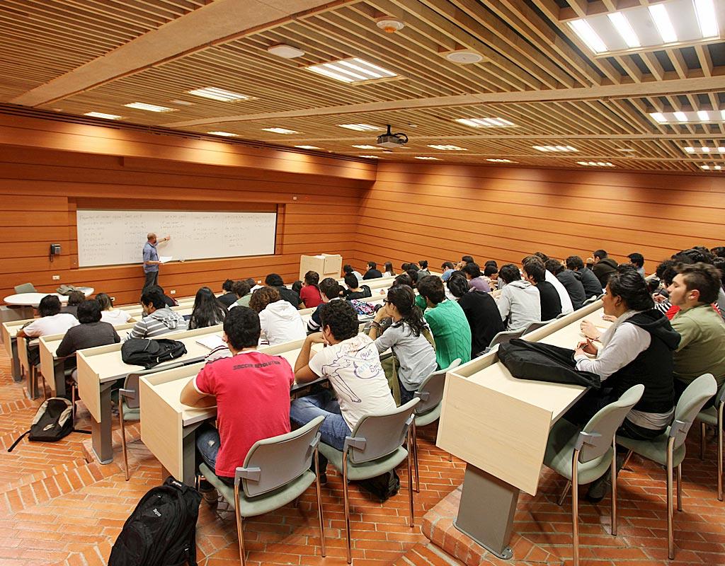 Imagen de un aula de clase, en la Universidad de los Andes.