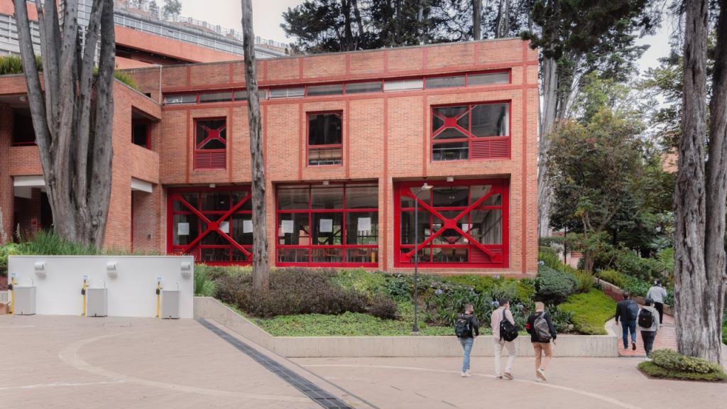 En el campus es obligatorio el uso de tapabocas y mantener la distancia de 2 metros.