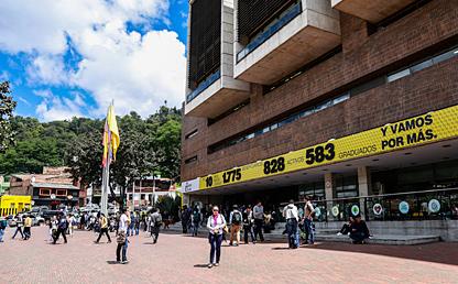 Campaña Transformando Vidas en fachada de edificio Mario Laserna
