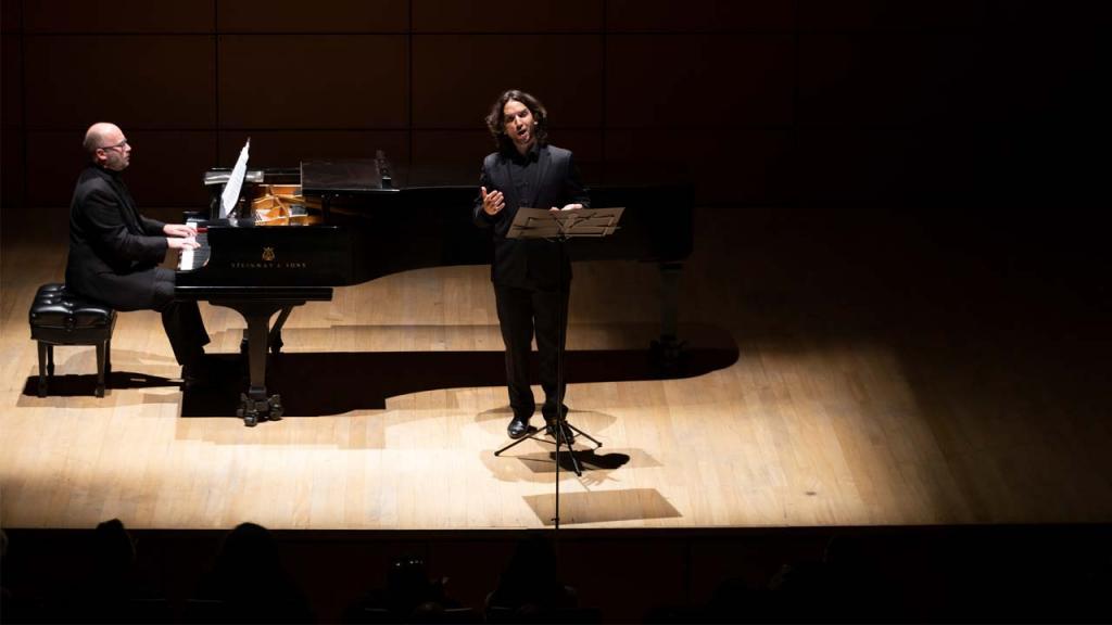 Un pianista y un cantante en tarima.