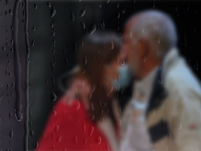 Hombre abraza a una mujer.