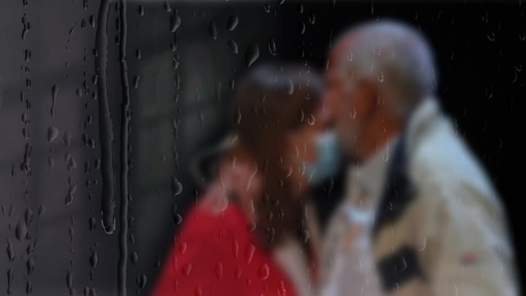 Imagen de un abrazo entre un hombre y una mujer.