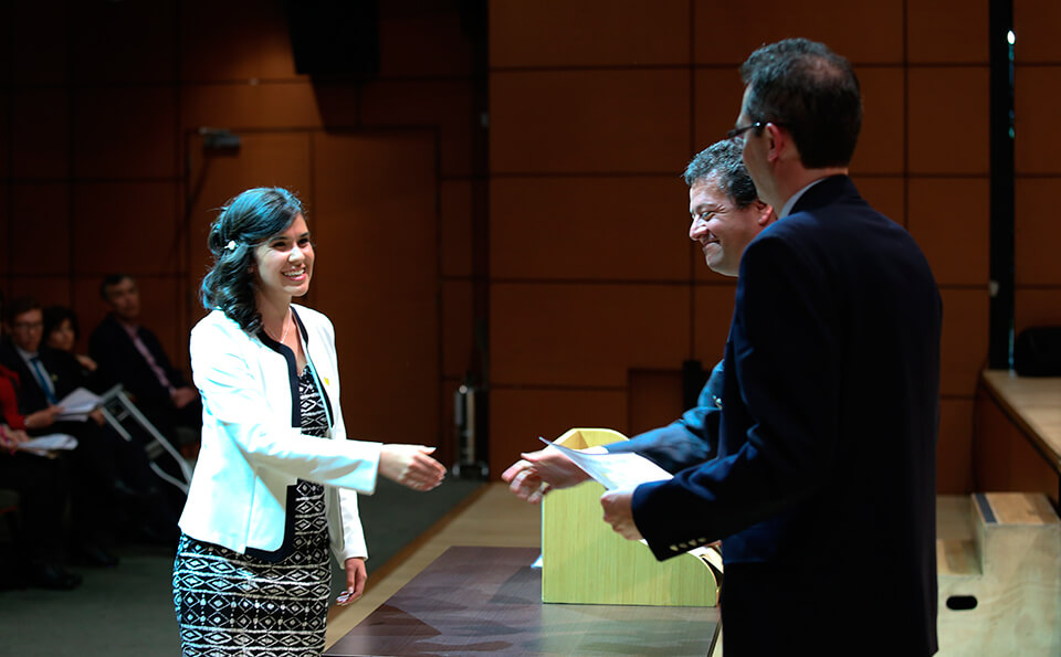 Foto rector entregando diploma a graduanda