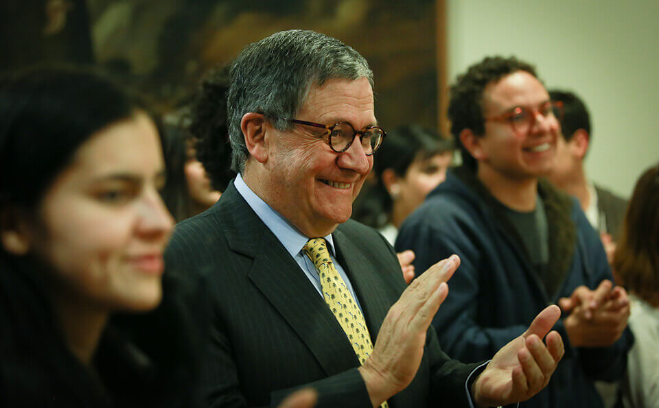 rector de la universidad de los andes aplaude en un evento de donaciones en medio de estudiantes