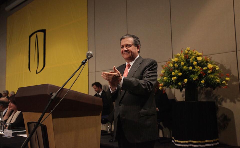 rector de la universidad de los andes aplaude en ceremonia de grados