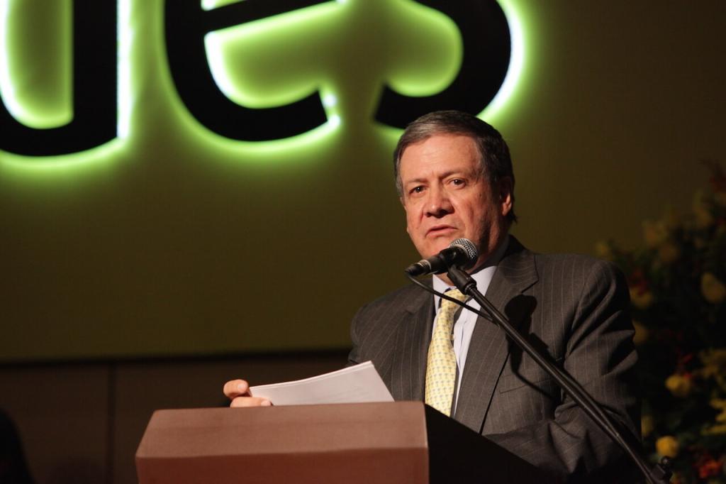un hombre mayor da un discurso frente a un micrófono