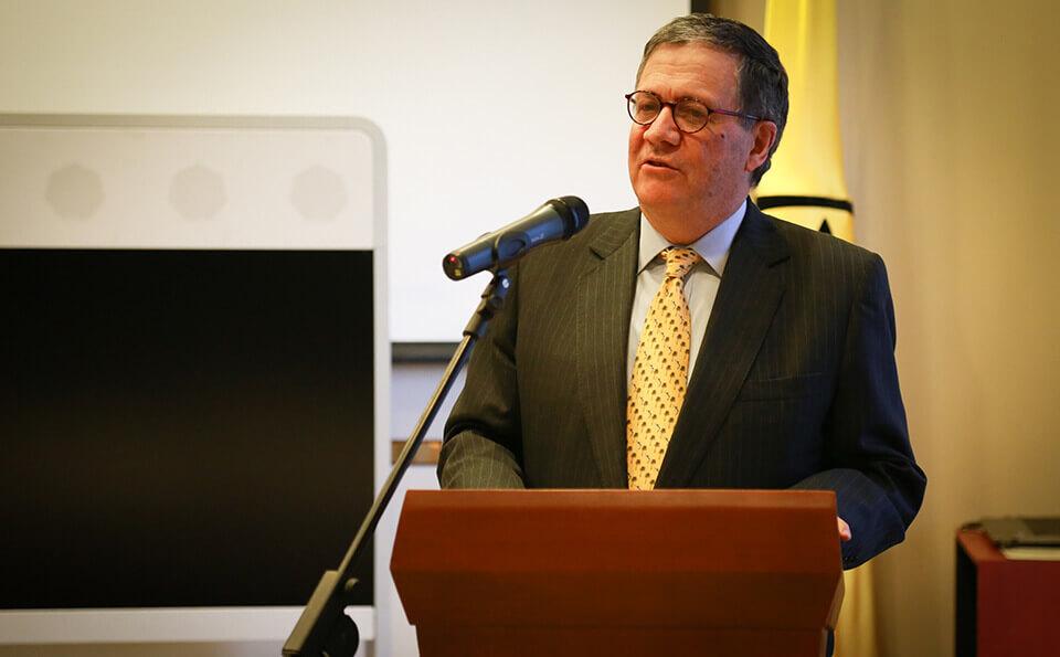 rector de uniandes da discurso en evento de donaciones