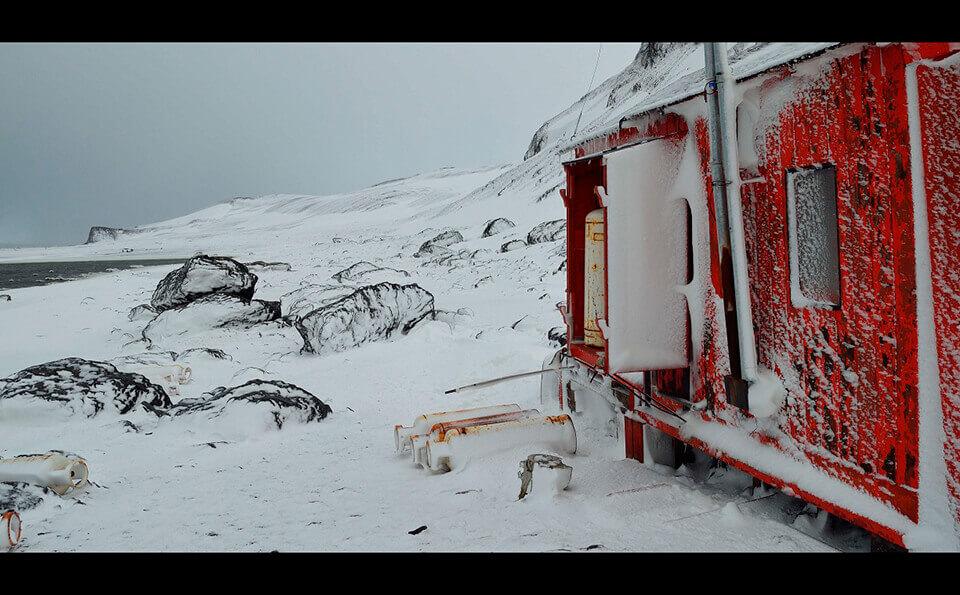 frente exterior de campamento en base glacial