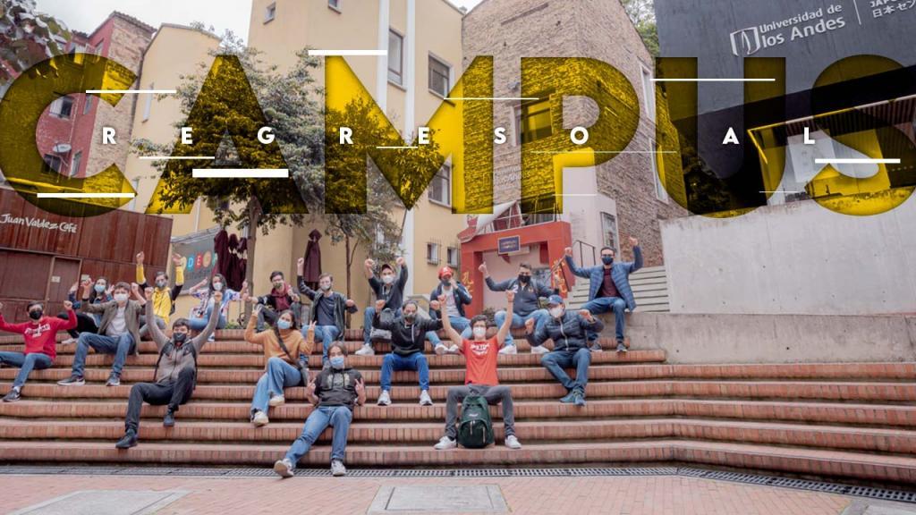 Un grupo de estudiantes de la Universidad de los Andes sentados en una escalera.