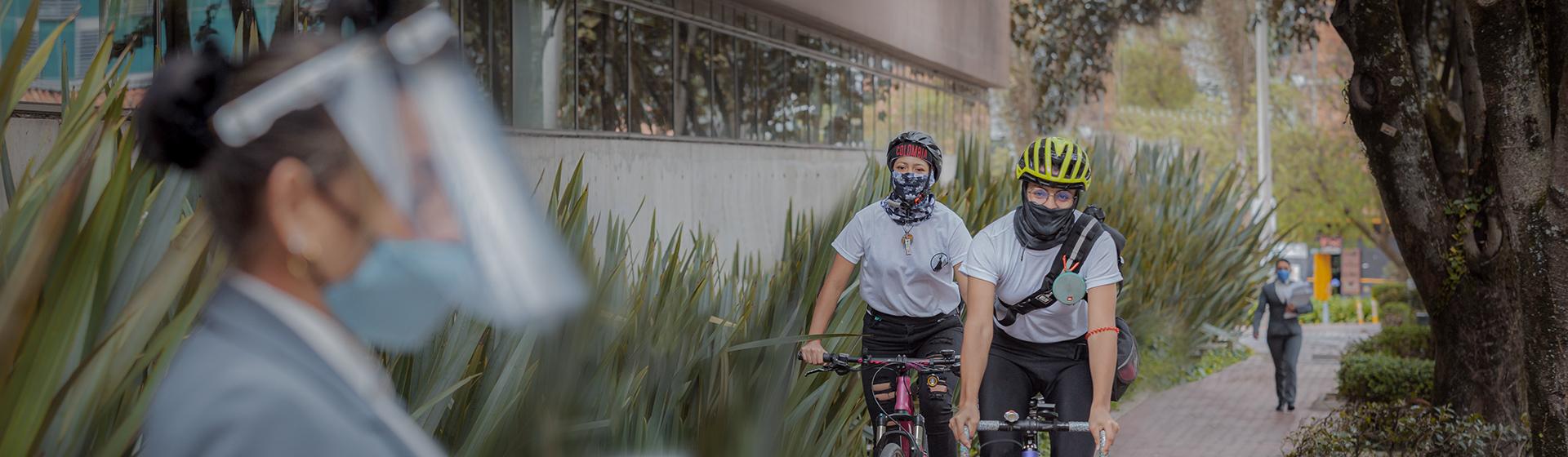 Estudiantes regresando al campus en bicicleta