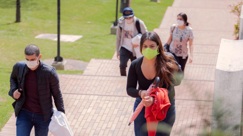 Estudiantes entrando al campus de la Universidad