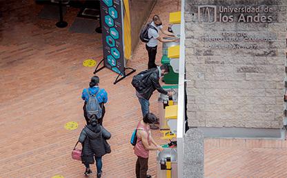 Hombres y mujeres lavándose las manos en el campus.