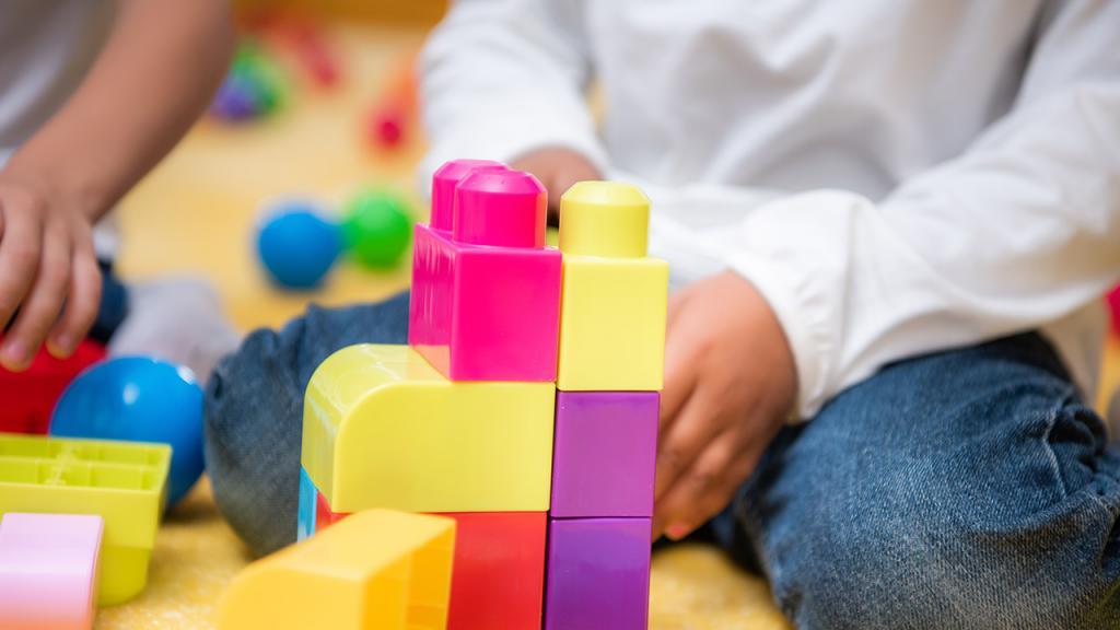 Imagen de un niño jugando con bloques