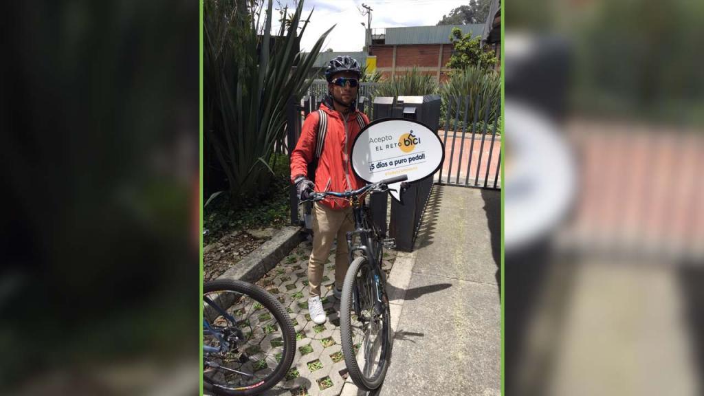 Un jovenes de Los Andes posa con sus bicicletas en el biciparqueadero.