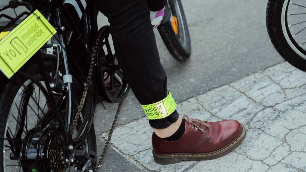 Una bicicleta y un pie apoyado