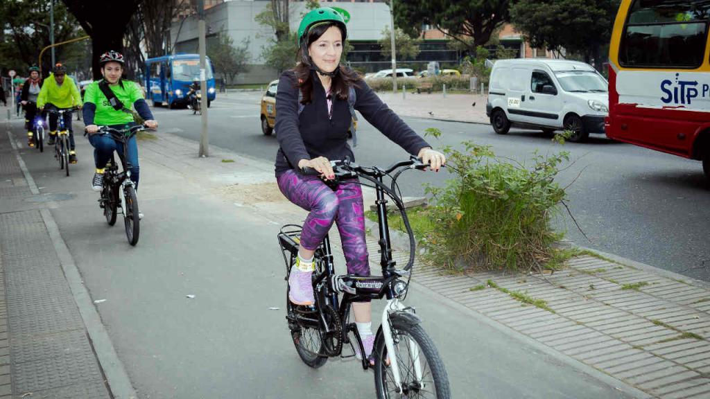 La vicerrectora financiera de la Universidad de los Andes montando bicicleta