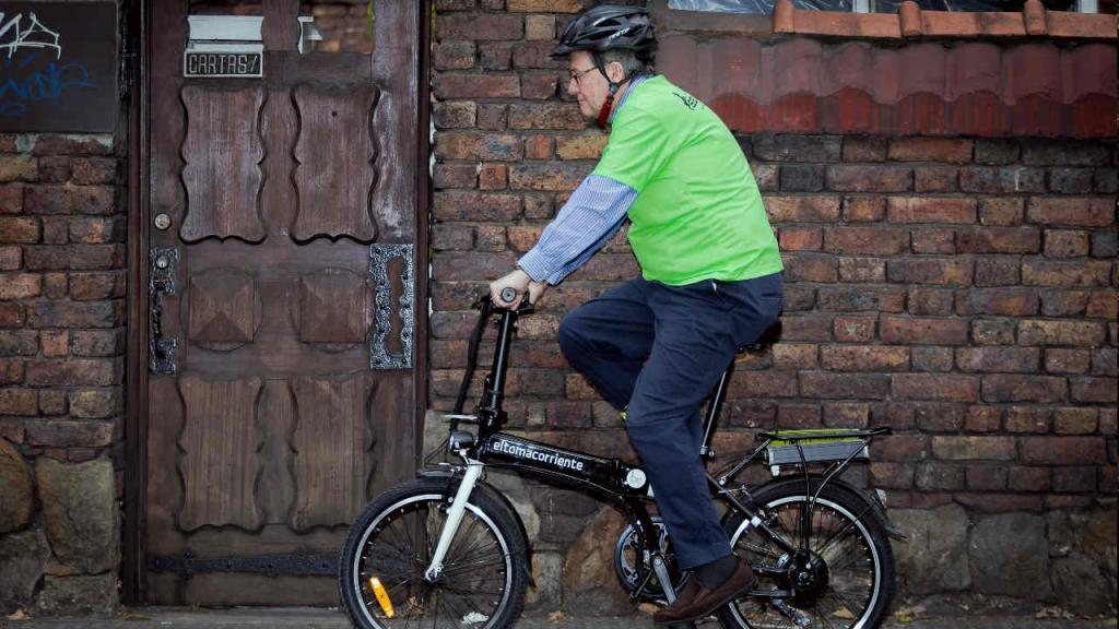 El Rector de la universidad de los Andes montando en bicicleta