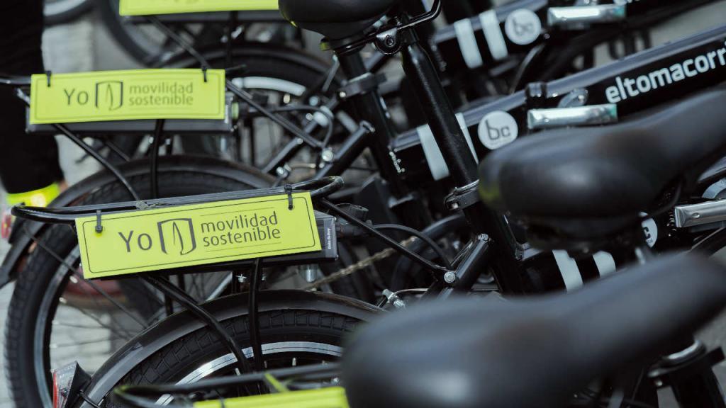 Sillines de bicletas con letreros que dicen Movilidad sostenible y el logo de la Universidad de los Andes