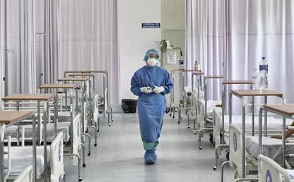 Médico camina en medio de varias clínicas hospitalarias Eduardo Behrentz