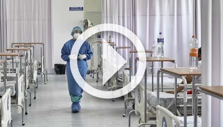 Médico camina en medio de varias clínicas hospitalarias.