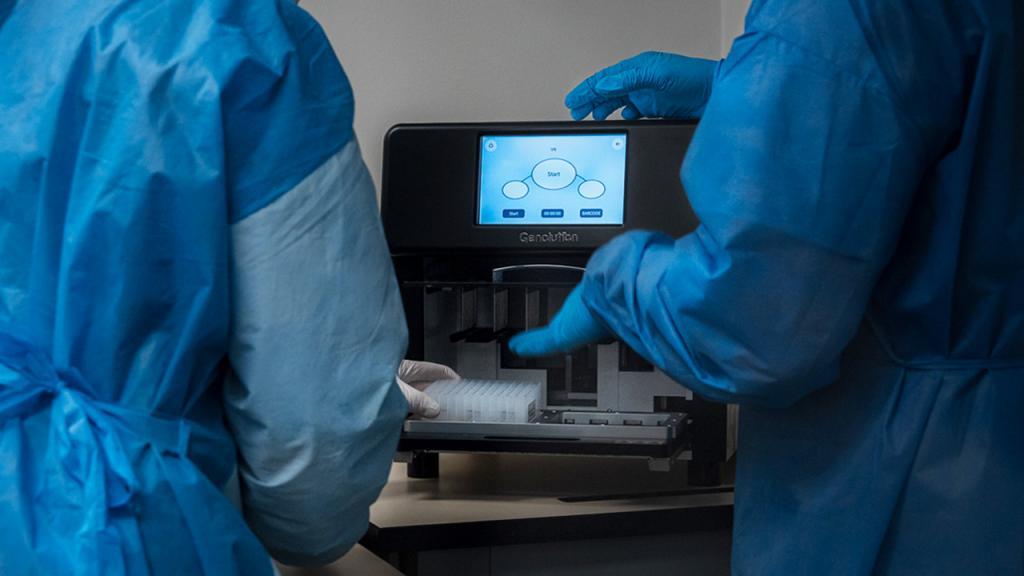 Foto de la máquina de extracción de RNA para análisis de covid-19 Eduardo Behrentz