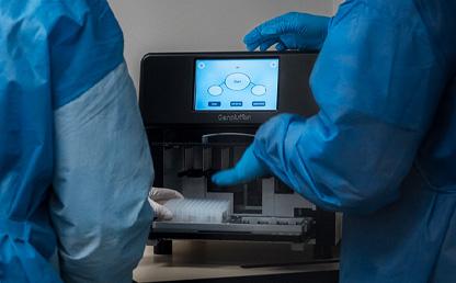Foto de la máquina de extracción de RNA para análisis de covid-19