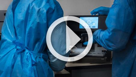 Foto del equipo para extraer material genético de coronavirus