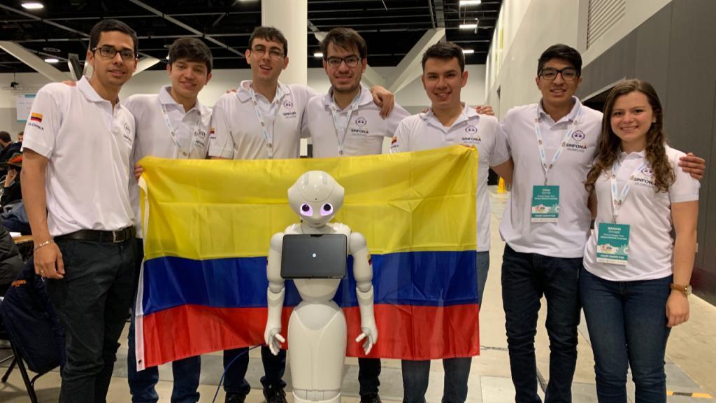 Retrato de un robot semihumanoide con un grupo de estudiantes