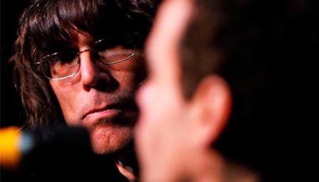 Imagen de David Fricke, de Rolling Stone, mirando a otra persona.