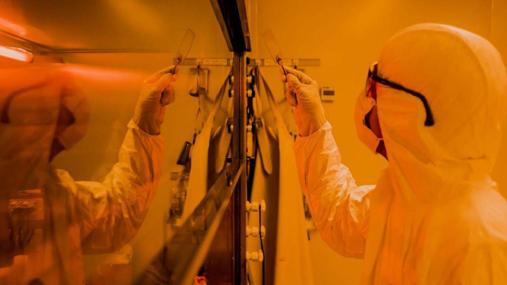 Un hombre protegido con un traje Tyvek trabaja en un laboratorio de Nanotectonlogía