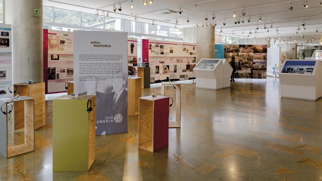 Imagen de la sala de exposiciones del edificio Julio Mario Santo Domingo de la Universidad de los Andes.
