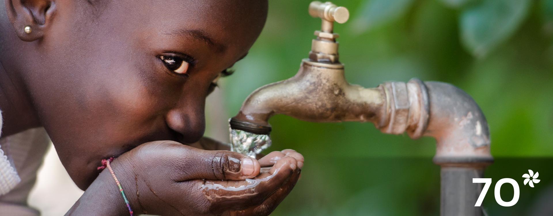 Imagen de una niña bebiendo agua de la llave.